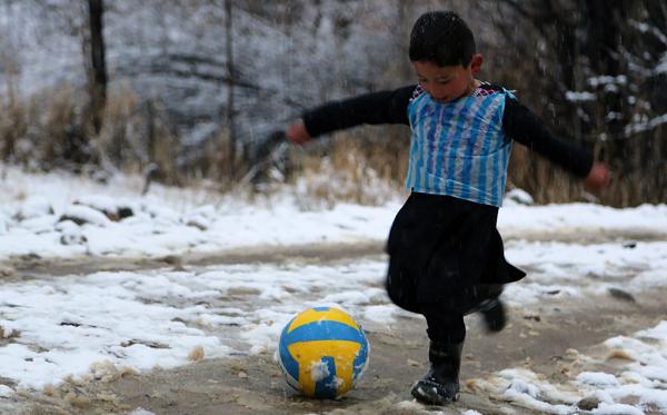 """Karena Taliban, """"Messi Kecil"""" dari Afghanistan Tinggalkan Rumahnya"""