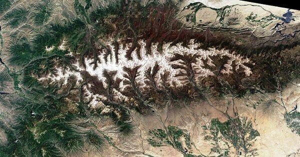 10 Foto Gunung Terkenal di Dunia Saat Dipotret dari Luar Angkasa