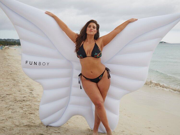 Gak Perlu Langsing, Ini Loh Deretan Model Cantik yang Punya Badan Curvy