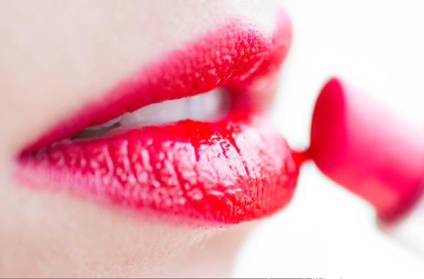Curi Perhatian dengan Tren Lipstik Berantakan, Berani Coba?