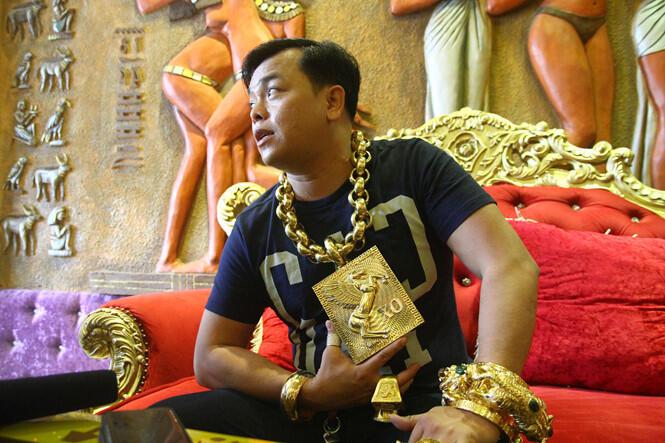 """PAMER! Pria Ini Selalu Pakai Perhiasan Emas """"SEGEDE GABAN"""" Beratnya 13 KG!"""