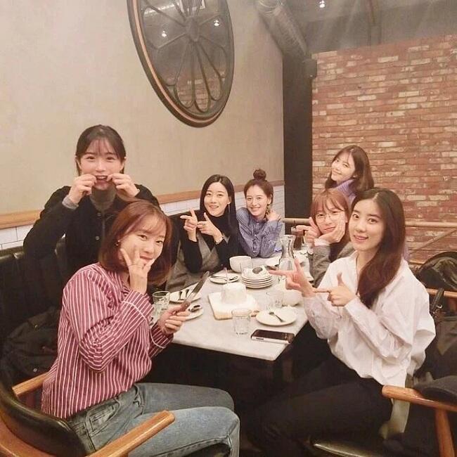 Meski Tak Lagi Bersama, Mantan Member Grup Idol ini Masih Tetap Dekat