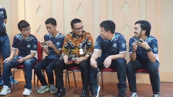 Menpora 'Mabar' AOV di Launching Fruit Tea Youth National Esport Championship 2019