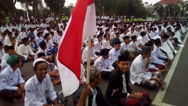 Demo Protes Puisi Fadli Zon, Massa Santri Tumplek Blek di Alun-alun Kudus