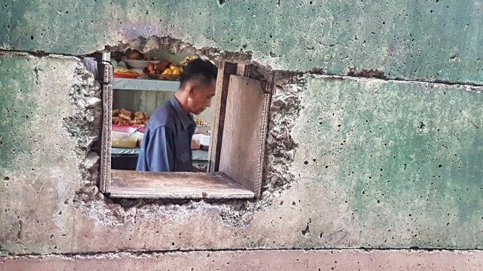 Unik, Warung Nasi Lewat Lubang Yang Menggunakan Pelayanan Ala Restoran