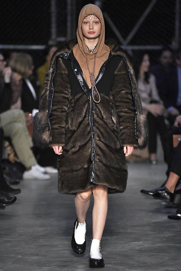 Koleksi Hoodie Menyerupai Orang Bunuh Diri, Merek Fashion Burberry Tuai Kritik