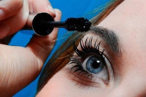 Wajahmu Terlihat Lelah Akibat Kurang Tidur? Samarkan Dengan Trik Makeup Ini Sis!