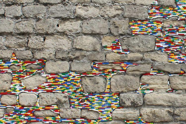Nggak Nyangka Sih! Ternyata LEGO Bisa Buat Nambal Tembok Rumah