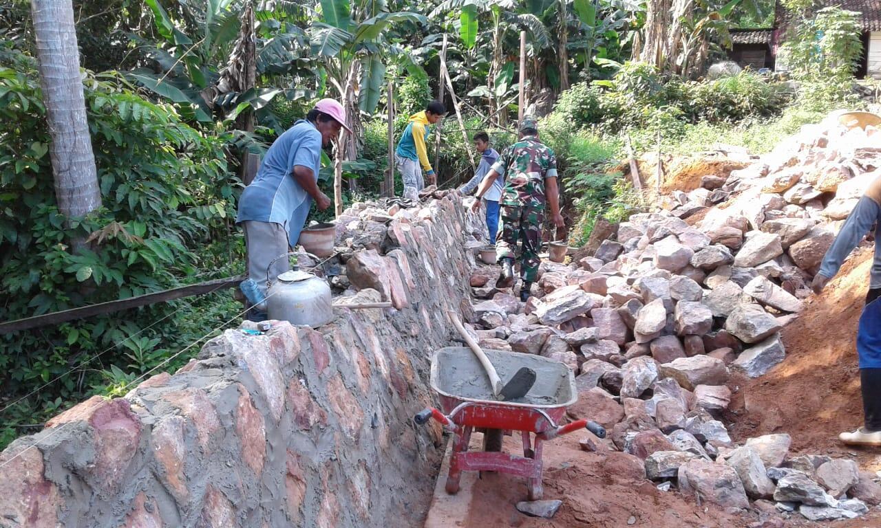 Kepedulian Babinsa Bersama Masyarakat Membangun Rumah Warga.