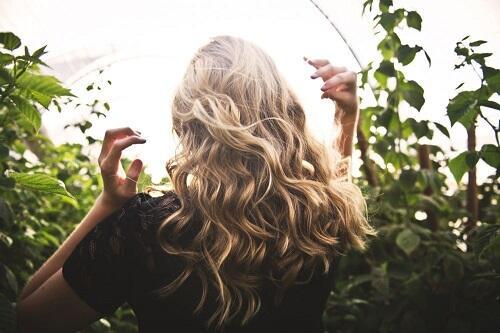 Rambutmu Rontok Karena Menggunakan Hijab? Ini Tipsnya Sis!