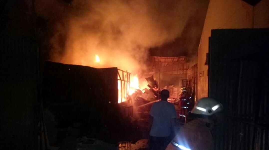 Pabrik Tahu di Mampang Prapatan Terbakar