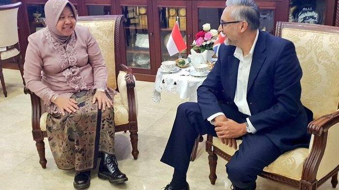 Pakai Kebaya dan Sepatu Docmart, Wali Kota Surabaya Bikin Salfok Diplomat Inggris
