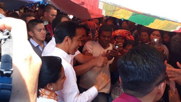 Jokowi Belanja Sekarung Salak Khas Humbang, Iriana Belanja Ulos