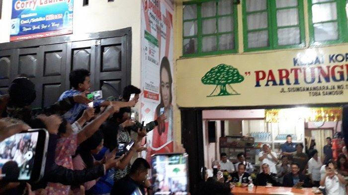 Warga Nyanyikan Jokowi Bangun Bandara dan Jalan Tol Versi Lagu Sayur Kol