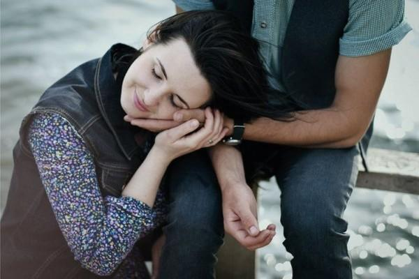 8 Kebiasaan Suami Anti Gombal yang Sebenarnya Bukti Sangat Mencintaimu