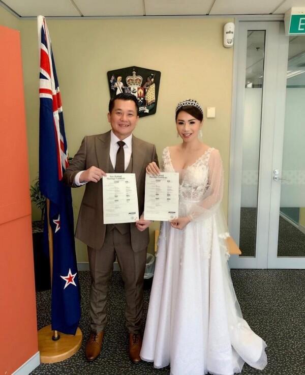 Sudah Sah, Ini 10 Potret Femmy Permatasari dan Suami di Selandia Baru