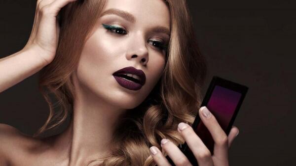 Hati-hati, 5 Kesalahan Pakai Lipstik yang Bikin Wajah Terlihat Tua!