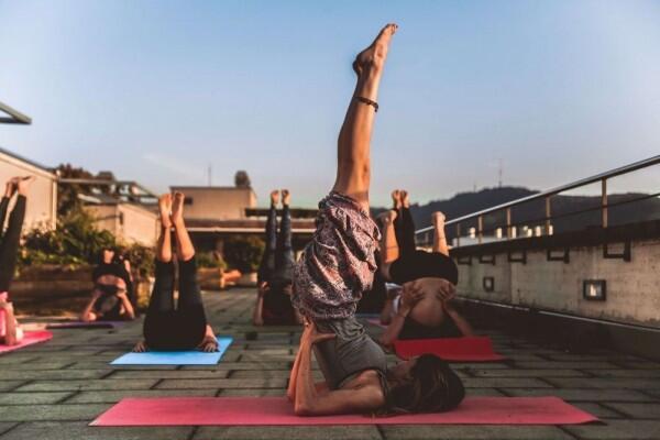 5 Manfaat Yoga untuk Pekerja Kantoran, Ternyata Bikin Makin Produktif!