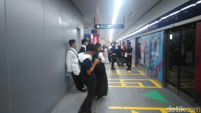 Massa Pro-Prabowo Pulang Naik MRT