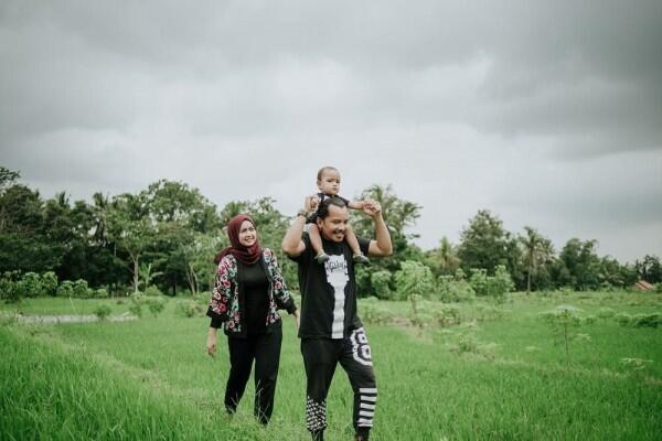 Menetap di Yogya, 10 Potret Keluarga Cella Kotak yang Jarang Diekspos