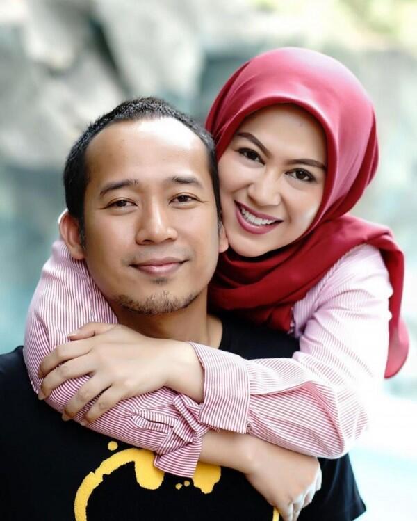 Temani dari Susah hingga Sukses, 10 Potret Mesra Denny Cagur dan Istri