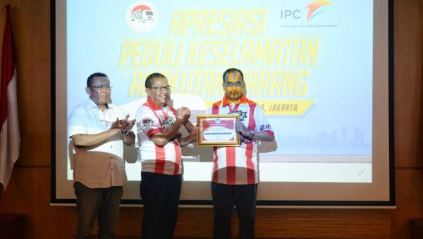 Menhub Budi Terima Penghargaan Bapak Pelopor Keselamatan Truk Indonesia