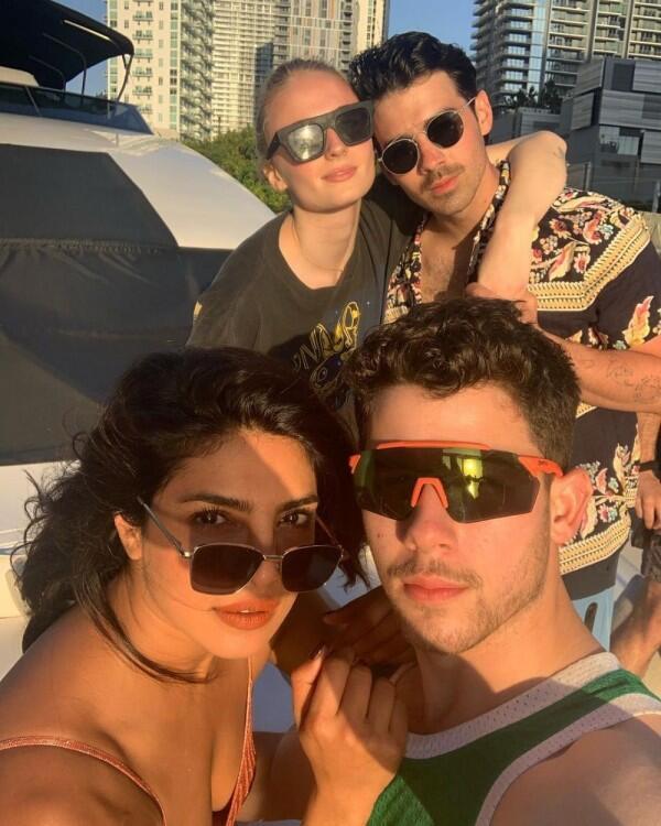 10 Kedekatan Priyanka & Pasangan The Jonas Brothers, J Sisters Goals!