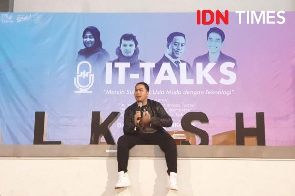 "Pandji Pragiwaksono di IT Talks: ""Kiat Sukses Muda dengan Teknologi"""