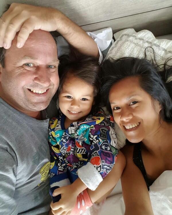 10 Potret Harmonis Keluarga Kecil Lia Waode yang Jarang Tersorot Media
