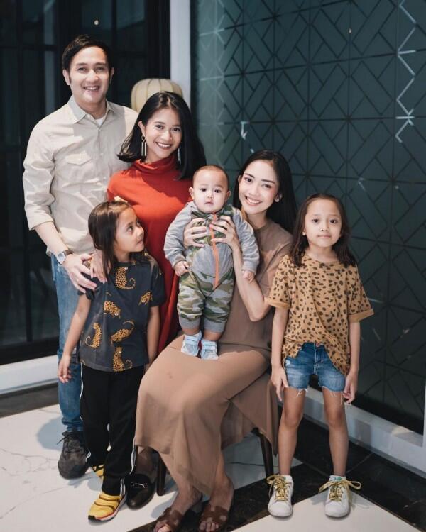 Jadi Ibu Sambung, 10 Potret Manis Ririn Dwi Ariyanti & Adira Kania