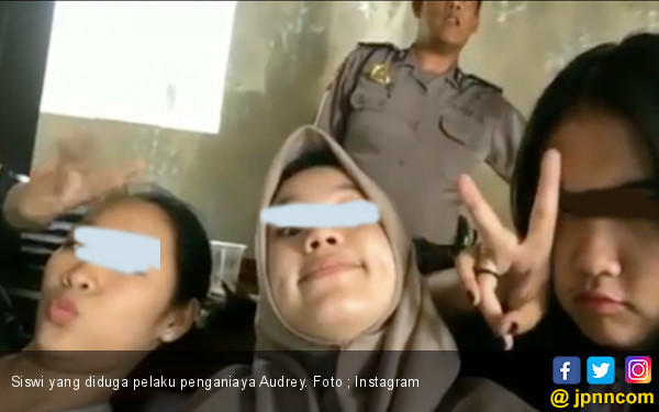 Terduga Pelaku Penganiaya Audrey Santai Buat Video Boomerang di Kantor Polisi