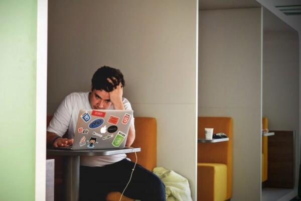 Sering Lupa Waktu, 6 Tanda Kamu Terlalu Sibuk Bekerja
