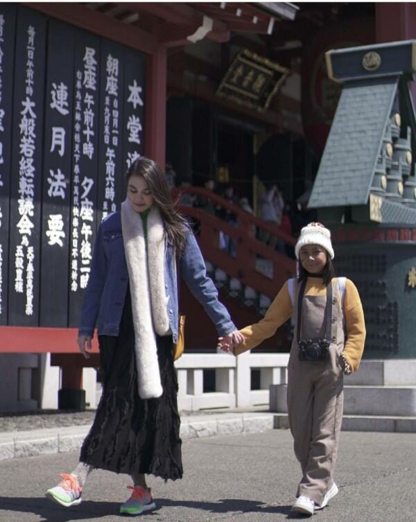 12 Momen Seru Luna Maya Traveling ke Jepang Bareng Keponakan