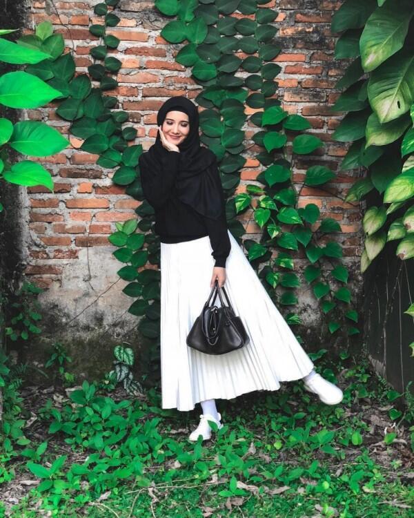 10 Padu Padan Rok Accordion ala Zaskia Sungkar buat Cewek Berhijab