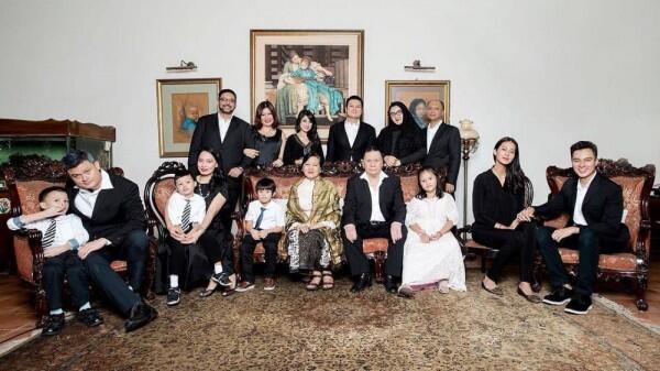 Bikin Adem, 10 Potret Romantis Kedekatan Baim Wong dan Keluarga