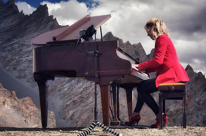 Ekstrim ! Konser Grand Piano di Gunung Himalaya