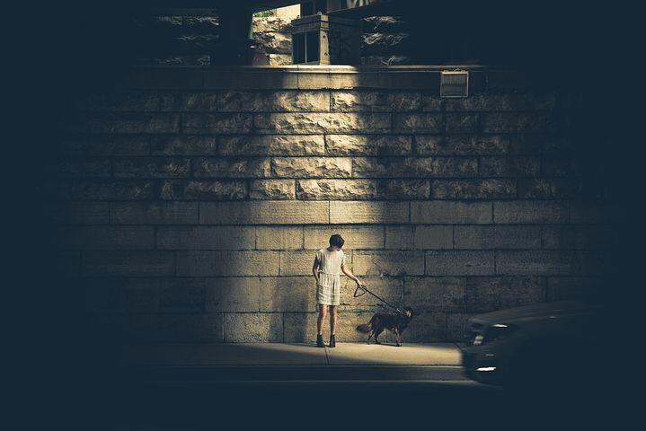 Heboh, Seorang Anak Belajar di Bawah Lampu Penerangan Jalan