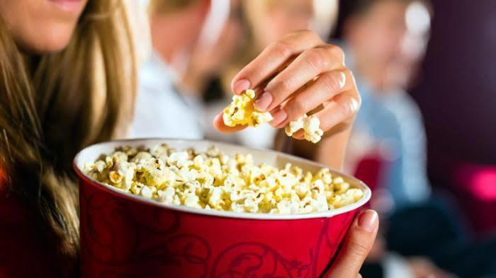 Kenapa Sih Camilan Nonton Itu Popcorn? Ini Alasannya Menurut Ane