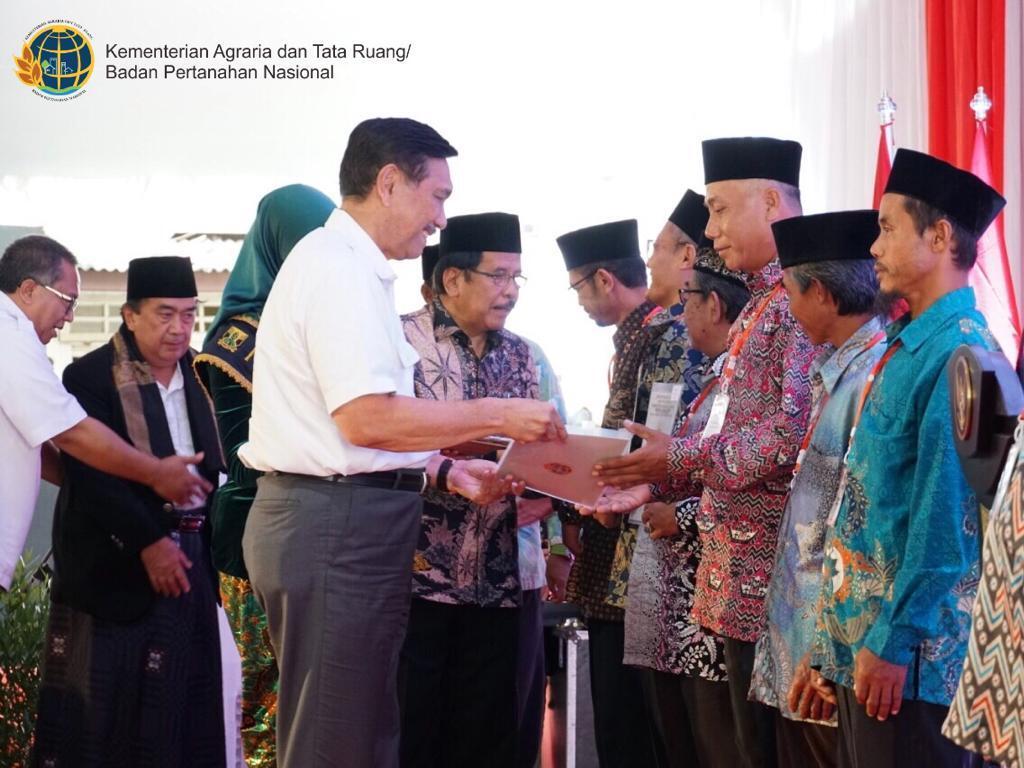 Cegah Sengketa Tanah, Kementerian ATR/BPN Serahkan 1.507 Sertifikat Tanah Wakaf