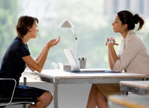 5 Gerakan Tubuh Seseorang yang Ingin Menghindari Pertanyaanmu