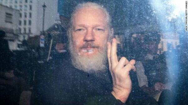 Alasan Ekuador yan Akhirnya Menyerahkan Julian Assange untuk Ditangkap