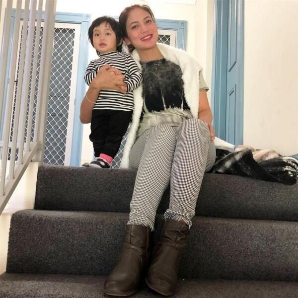 Jarang Diekspos, Ini 10 Potret Kedekatan Kinaryosih dan Dua Anaknya