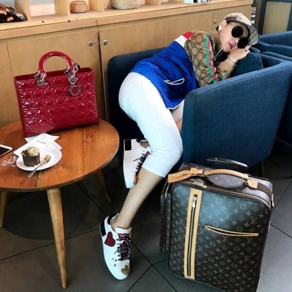 10 Potret Inul Daratista Ketiduran di Bandara, No Jaim-jaim Club Deh!