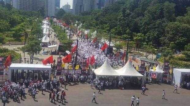 Penampakan Massa Pro Jokowi Jelang Konser Putih Bersatu