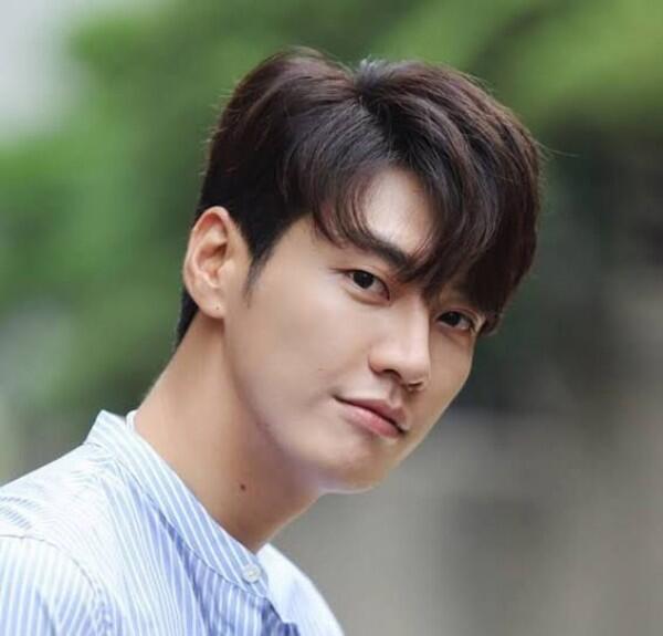 Segera Comeback, 13 Potret Kim Young Kwang yang Siap Lemahkan Hatimu