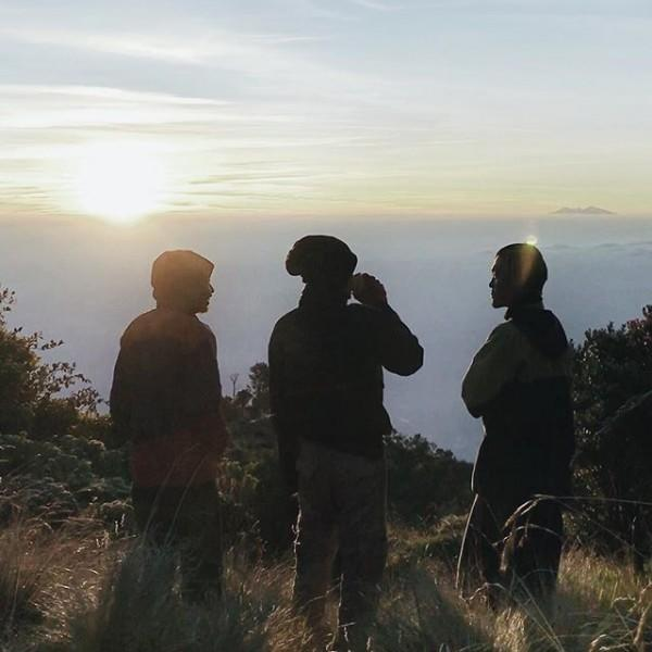 10 Potret Keren Mendaki Gunung ala Fiersa Besari yang Bisa Kamu Ikuti