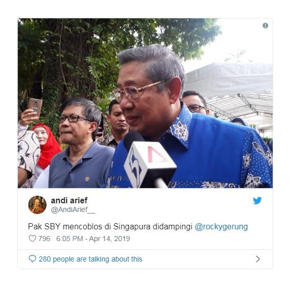 Rocky Gerung Dampingi SBY Coblos Pemilu di Singapura