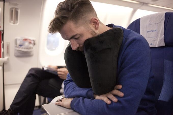 5 Bantal Leher Paling Nyaman untuk Traveling, Gak Bikin Salah Urat