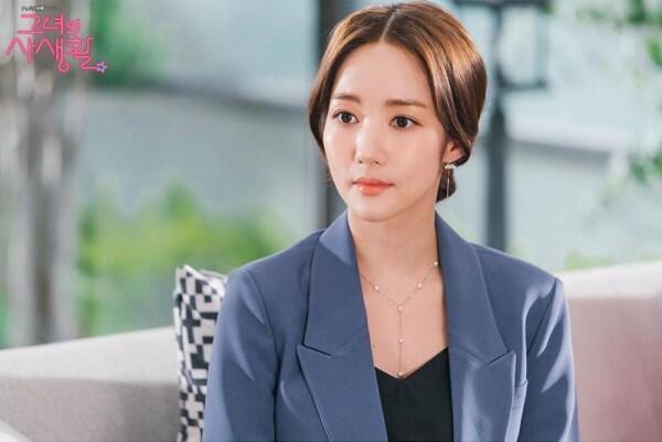 "Jadi Fangirl Militan, 10 Potret Park Min Young di ""Her Private Life"""