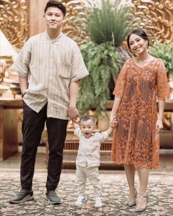 10 Potret Harmonis Keluarga Kecil Rinni & Jevin, Manis & Sederhana!